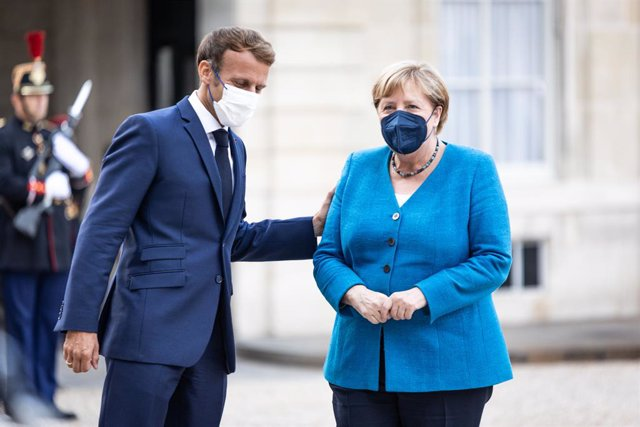 16 September 2021, France, Paris: French President Emmanuel Macron (L) receives German Chancellor Angela Merkel prior to their meeting at the Elysee Palace. Photo: Sadak Souici/Le Pictorium Agency via ZUMA/dpa