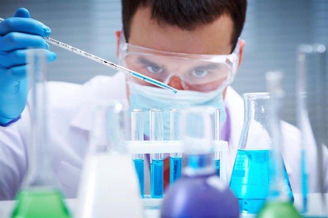 Archivo - Investigador probando muestras en un laboratorio