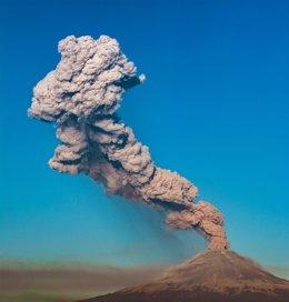 Archivo - Columna de humo y cenizas emitida en 2019 por el volcán Popocatépetl, situado en México