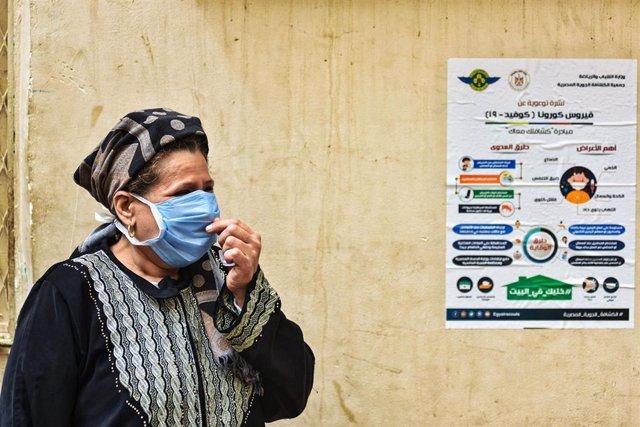 Archivo - Una mujer con mascarilla en Egipto durante la pandemia de coronavirus