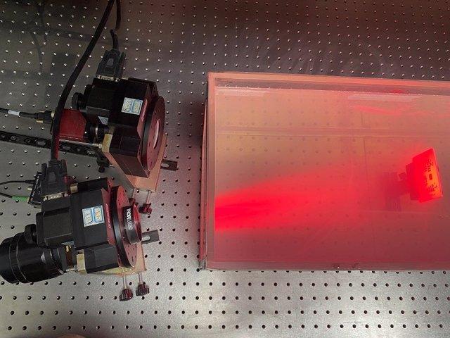 Los investigadores utilizaron una configuración de imágenes de polarización tradicional para obtener imágenes de varios objetos sumergidos en el agua turbia.