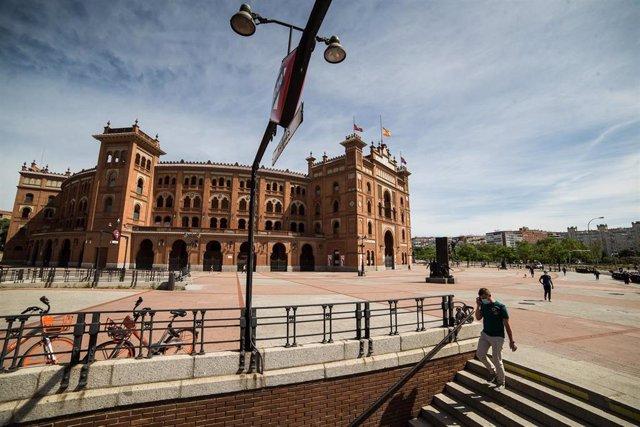 Archivo - Varias personas caminan junto a la Plaza de Toros de Las Ventas