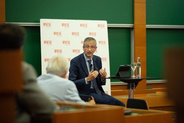 El governador del Banc d'Espanya, Pablo Hernández de Cos, ofereix una conferència en línia sobre política monetària al campus de Barcelona de IESE Business School, a 17 de setembre de 2021, a Barcelona, Catalunya, (Espanya).