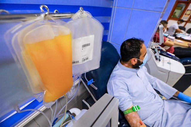 Archivo - 22 June 2020, Iraq, Baghdad: A recovered coronavirus (COVID-19) patient donates blood samples for plasma extraction to help critically ill patients at the National Blood Transfusion Center. Photo: Ameer Al Mohammedaw/dpa