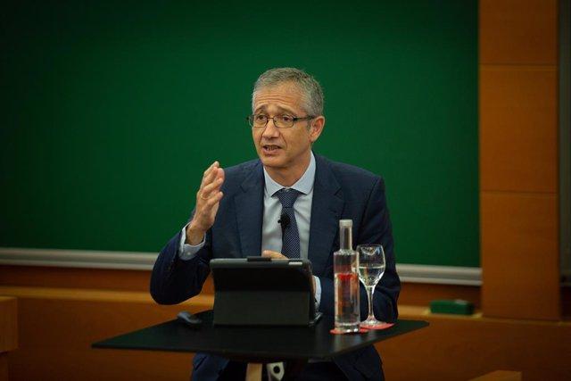 El governador del Banc d'Espanya, Pablo Hernández de Cos, ofereix una conferència en línia sobre política monetària al campus de Barcelona de IESE Business School, a 17 de setembre de 2021, a Barcelona, Catalunya (Espanya)