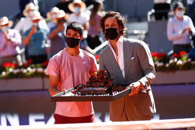 Archivo - Feliciano Lopez, Tournament Director, gives a birthdate cake to Carlos Alcaraz of Spain during the ATP Masters 1000 - Mutua Madrid Open 2021 at La Caja Magica on May 5, 2021 in Madrid, Spain.
