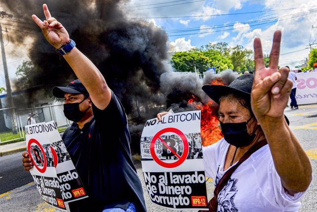 15 September 2021, El Salvador, San Salvador: Demonstrators hold placards against the government's Bitcoin law during a protest on El Salvador's Bicentennial Independence Day against El Salvador's President Nayib Bukele and his government's policies. Phot
