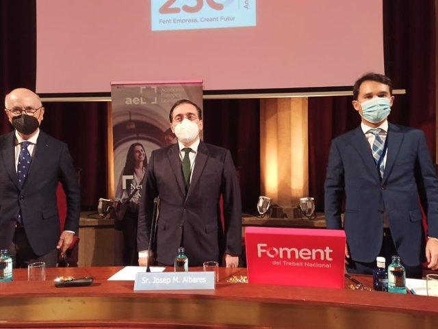 El president de l'Acadèmia Europea Leadership (AEL), Josep Antoni Duran i Lleida; el ministre d'Afers Exteriors, José Manuel Albares, i el director de l'AEL, Francesc Pardo