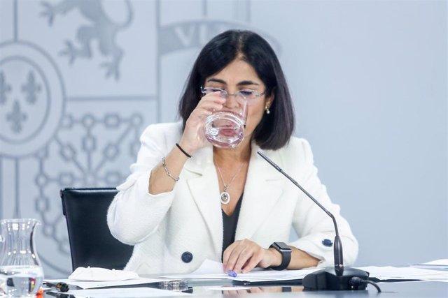 La ministra de Sanidad, Carolina Darias, bebe agua durante una rueda de prensa posterior a la reunión del Consejo Interterritorial del Sistema Nacional de Salud, a 15 de septiembre de 2021, en Madrid (España). Ampliar el aforo en estadios y eventos deport