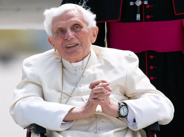 Archivo - FILED - 22 June 2020, Bavaria, Freising: Pope Emeritus Benedict XVI arrives at the airport for his return flight to the Vatican. Pope Emeritus Benedict XVI lashed out at Germany's Catholic Church in published comments on Monday, perhaps signalli