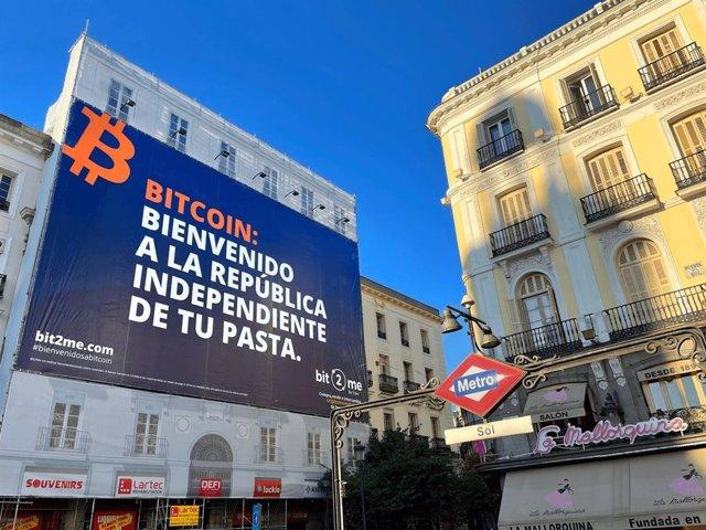 Bit2Me despliega un cartel en la Puerta del Sol de Madrid