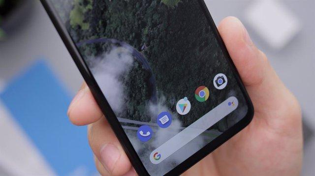 Archivo - Imagen de la interfaz de un móvil Android con el Teléfono de Google, Mensajes, Play Store, Google Chrome, Cámara y el buscador de Google