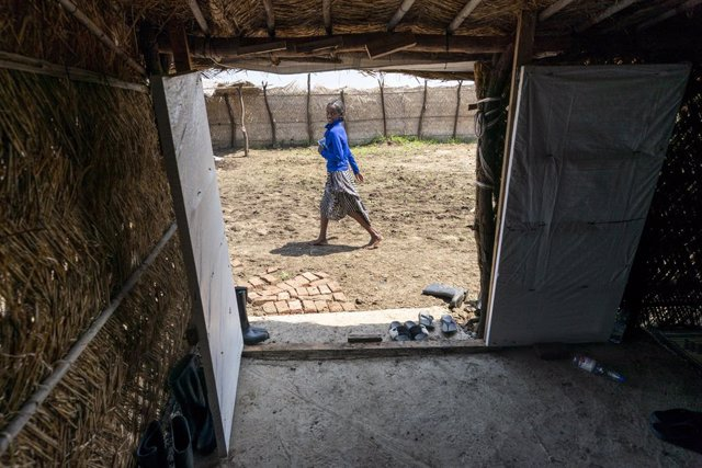 24 August 2021, Sudan, Gedaref: A student walks through the Tuneidba Refugee Camp. Several people of the Tigrayans ethnic group fled the Tigray Region in Ethiopia during recent fighting and lives at the camp with 20,000 people. Photo: Gregg Brekke/ZUMA Pr