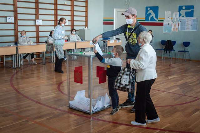 Archivo - 12 September 2020, Russia, Tambow: A small child wearing a face mask casts his father's vote in a ballot box at a polling station during the 2020 Regional elections. Photo: Lev Vlasov/SOPA Images via ZUMA Wire/dpa
