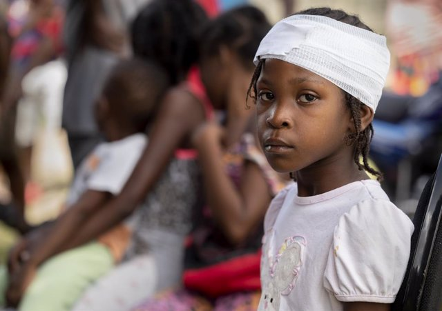 19 August 2021, Haiti, Maniche: A young girl is treated for a head wound at a mobile medical clinic, set up by Kansas City-based Heart to Heart International, in a compound outside the office of the mayor of Maniche near the epicentre of the earthquake. W