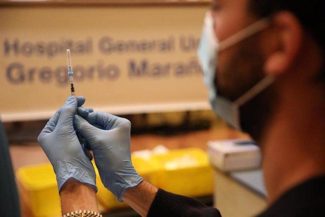 Un sanitario prepara una vacuna contra el coronavirus, en el dispositivo puesto en marcha en las instalaciones del Hospital General Universitario Gregorio Marañón.