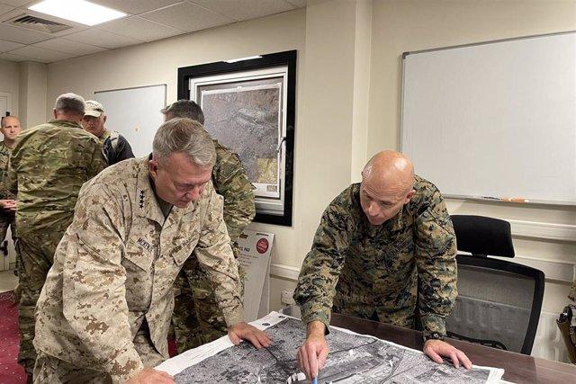 El general de l'Exèrcit d'EUA, Frank McKenzie,  i el comandant Farrell J. Sullivan.