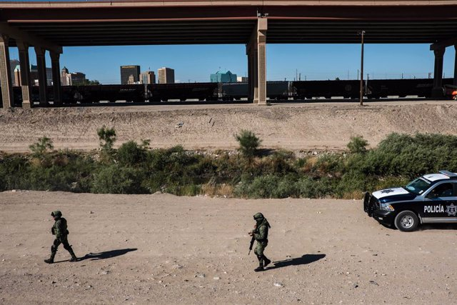 Archivo - 18 June 2019, Mexico, Ciudad Juarez: Soldiers from Mexican Army stand guard along the US-Mexico border during a patrol to prevent migrants from illegally crossing into US through El Paso, Texas. Photo: Joel Angel Juarez/ZUMA Wire/dpa