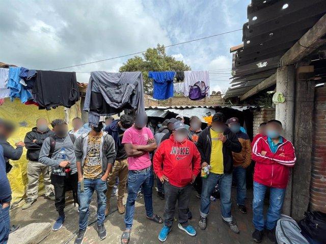 Migrantes rescatados de una casa de seguridad en el centro de México