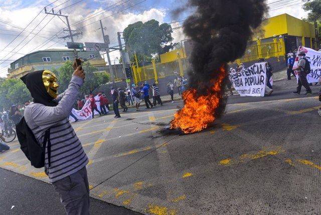 15 September 2021, El Salvador, San Salvador: Demonstrators burn tires during a protest on El Salvador's Bicentennial Independence Day against El Salvador's President Nayib Bukele and his government's policies. Photo: Camilo Freedman/SOPA Images via ZUMA