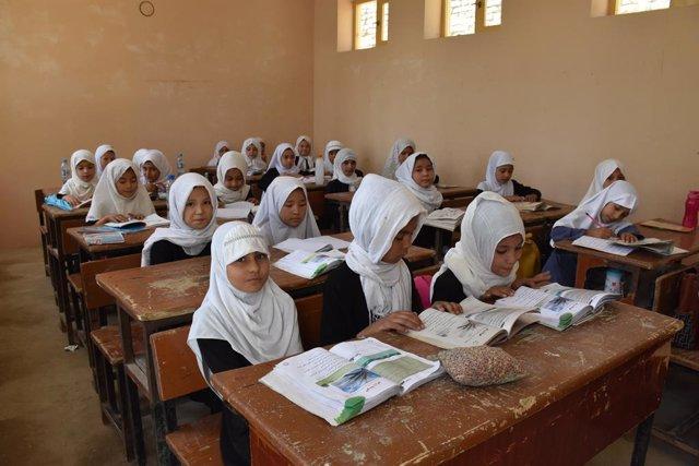 Nenes afganeses en una classe a la província de Balkh, a l'Afganistan