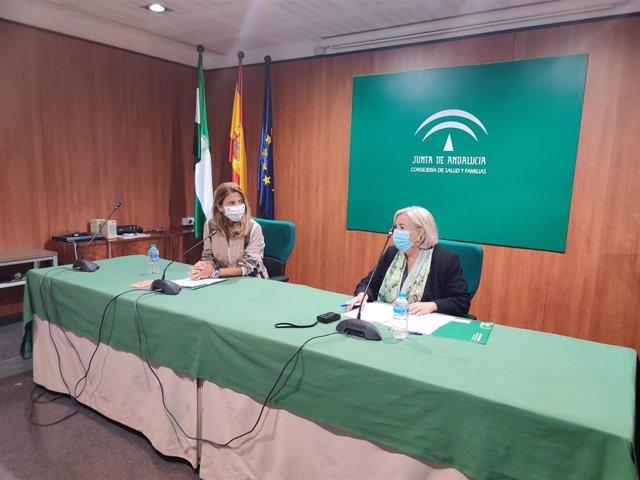 Archivo - La secretaria general de Familias de la Junta de Andalucía, Ana Mata, y la delegada de Salud y Familias en Huelva, Manuela Caro, en una imagen de archivo.
