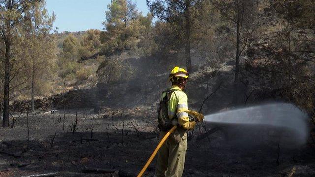 Archivo - Un bombero trabaja en la extinción del incendio forestal de Azuébar (Castellón)
