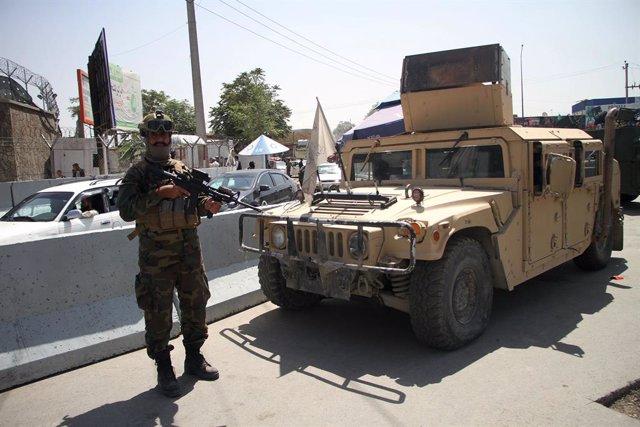 Milicià talibà al costat de l'aeroport de Kabul.