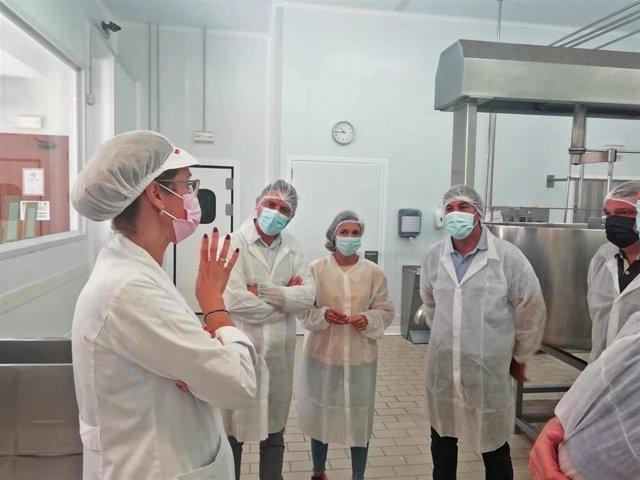 El delegado territorial de Desarrollo Sostenible, Daniel Sánchez, ha visitado la empresa de Rota (Cádiz) 'El Bucarito'