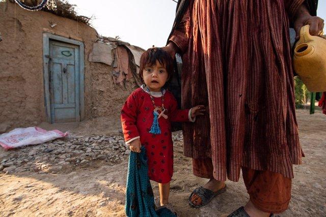 Una nena desplaçada a l'Afganistan al costat de la seva mare.