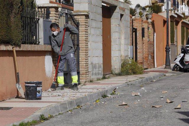 Archivo - Personal del ayuntamiento recoge los escombros causados por el terremoto de 4.4 grados (archivo)
