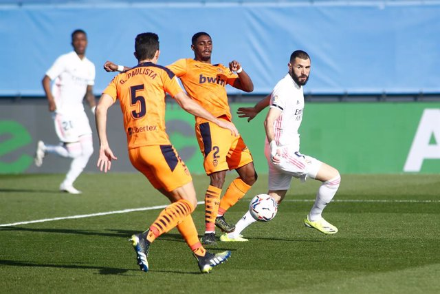 Archivo - Karim Benzema of Real Madrid and Thierry Correia of Valencia in action during the spanish league, La Liga, football match played between Real Madrid and Valencia CF at Ciudad Deportiva Real Madrid on february 14, 2021, in Valdebebas, Madrid, Spa