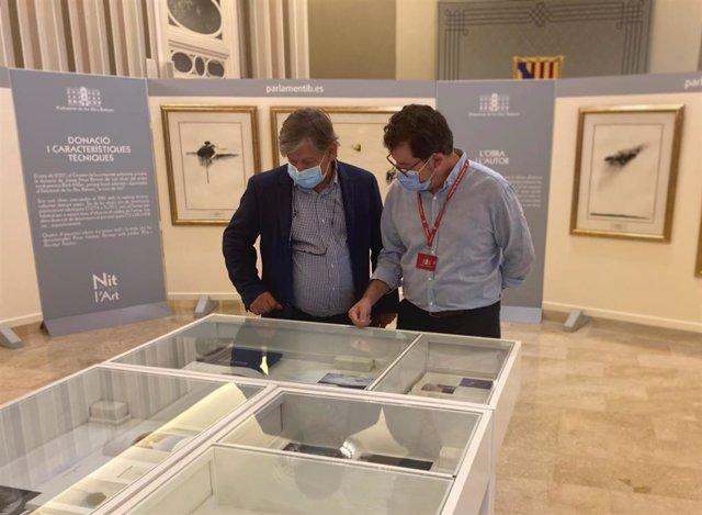 El presidente del Parlament, Vicenç Thomas, inaugura la exposición del artista norteamericano Ritch Miller, en la Sala de Actos de la Cámara Autonómica.