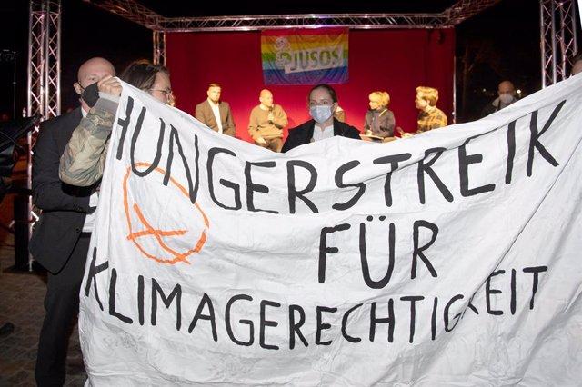 Pancarta sobre la huelga de hambre de activistas contra el cambio climático