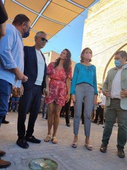 Andrea Bocelli, junto al alcalde de Mérida, Antonio Rodríguez Osuna, y la ministra de Industria, Comercio y Turismo, Reyes Maroto, junto a su placa en la Viam Musicorum.