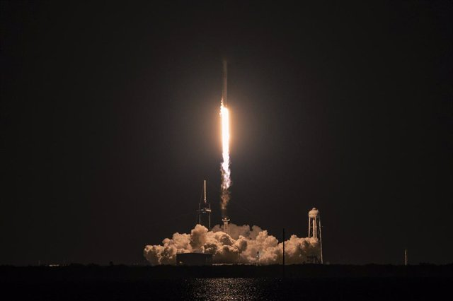 15 September 2021, US, Kennedy Space Center: The SpaceX Falcon 9 rocket carrying the SpaceX Dragon capsule lifts off with all four civilians crew on the Inspiration 4 mission from Florida's Kennedy Space Center. The crew will orbit the earth for three day