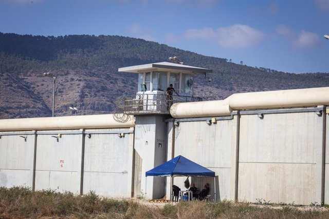 08 September 2021, Israel, Gilboa: Israeli soldiers sit under a tent that covers the hole that was used to escape the prison where a massive manhunt is in progress to capture the six prisoners, who broke out of the high-security Gilboa Prison earlier this