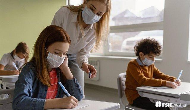 Archivo - Alumnos en un aula con mascarilla.