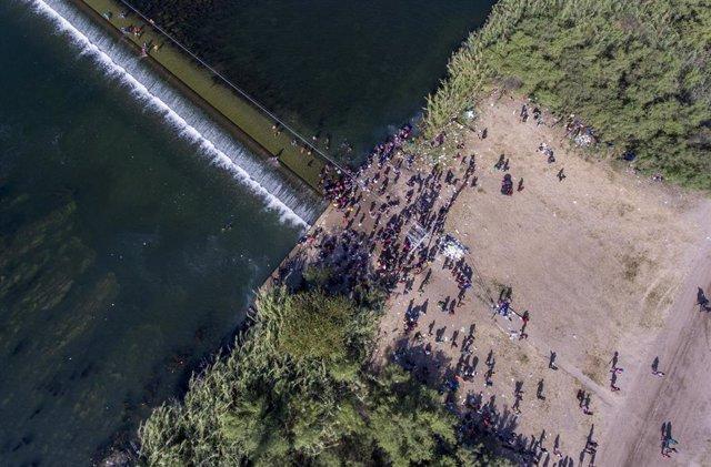 Migrantes cruzan el puente que separa México de Estados Unidos en la localidad texana de Del Rio