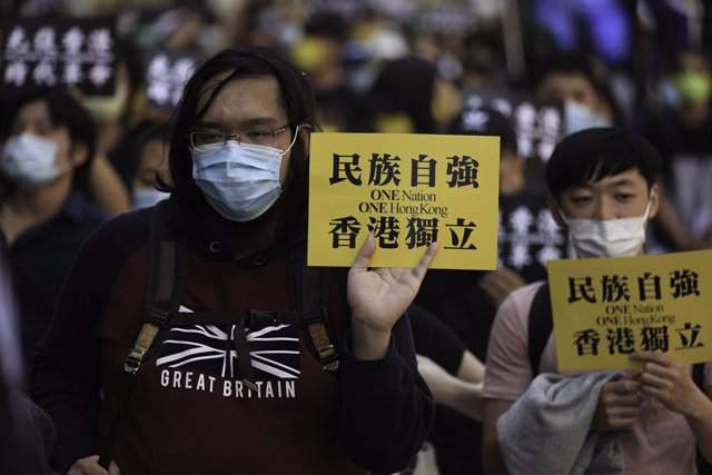 """Archivo - 12 June 2021, United Kingdom, London: Pro-democracy activists hold placards that read """"one country one Hong Kong"""" during a rally marking the second anniversary of the start of massive pro-democracy protests which roiled Hong Kong in 2019. Photo:"""
