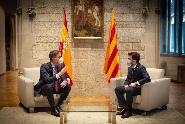 El president del Govern, Pedro Sánchez (i), i el de la Generalitat, Pere Aragonès (d), es reuneixen en el Palau de la Generalitat abans que se celebri la segona reunió de la taula del diàleg entre el Govern central i el Govern català