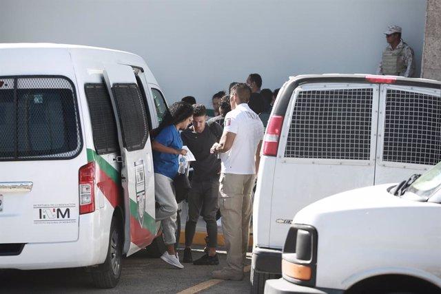 Archivo - Agentes del Instituto Nacional de Migración (INM) de México