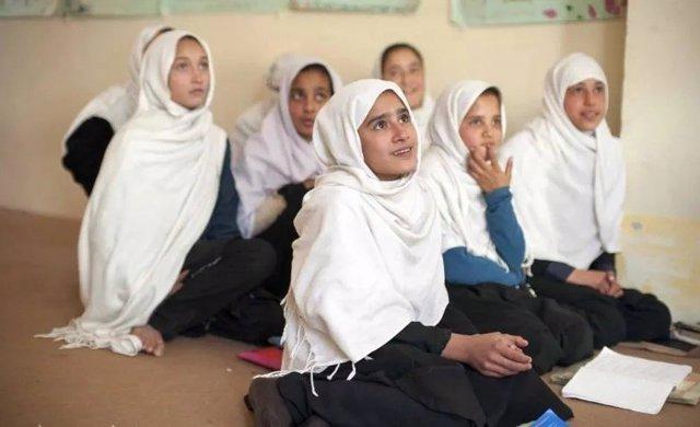 Archivo - Niñas en una clase en un colegio afgano