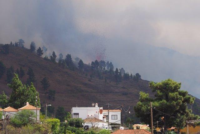 Una boca eruptiva expulsa lava y piroclastos en la zona de Cabeza de Vaca, a 19 de septiembre de 2021, en El Paso, La Palma, Islas Canarias (España).