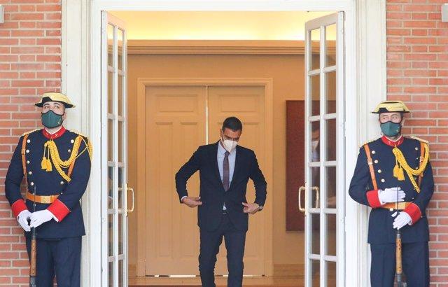 El presidente del Gobierno, Pedro Sánchez, acude a recoger al presidente de la República de Colombia para efectuar una reunión entre ambos en el Palacio de la Moncloa, a 16 de septiembre de 2021, en Madrid, (España). El jefe del Ejecutivo y el presidente