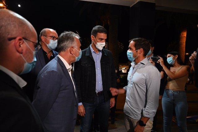 El jefe del Ejecutivo, Pedro Sánchez, junto al presidente canario, Ángel Víctor Torres, a su llegada a La Palma.