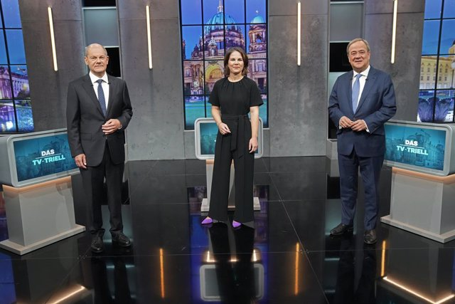 19 September 2021, Berlin: (L-R) German Chancellor candidates, Olaf Scholz, Social Democratic Party of Germany (SPD) and German Minister of Finance, Annalena Baerbock, leader of the Buendnis 90/Die Gruenen (ALliance 90/The Greens), and Armin Laschet, of t