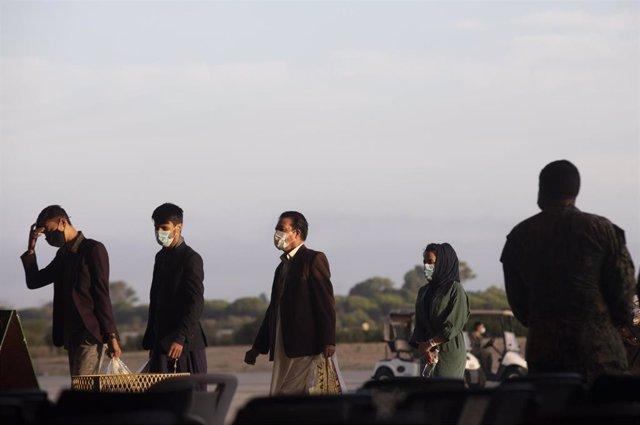 Refugiados afganos llegan a la Base Naval de Rota, en España, donde serán atendidos por Estados Unidos