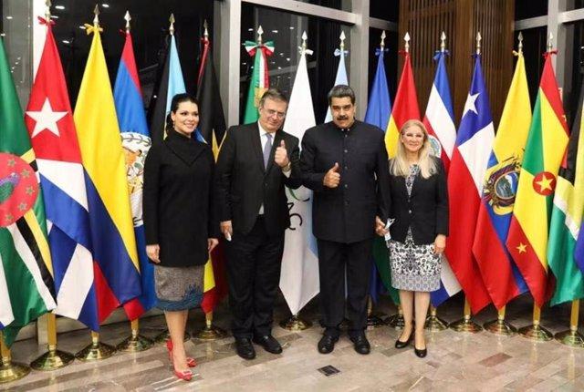 El presidente de Venezuela, Nicolás Maduro, junto al ministro de Exteriores de México, Marcelo Ebrard, antes de la cumbre de la CELAC.