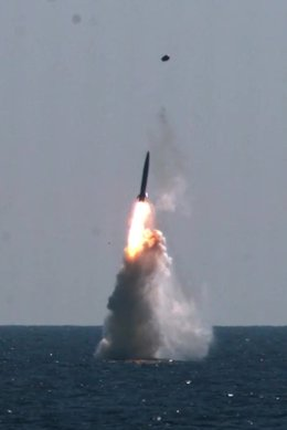 HANDOUT - 15 September 2021, South Korea, ---: South Korea's indigenous submarine-launched ballistic missile (SLBM) during a test-fired from the Navy's 3,000-ton-class Dosan Ahn Chang-ho submarine. Photo: -/Ministry of National Defense via YNA/dpa - ATTEN